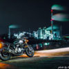 オートバイと工場夜景